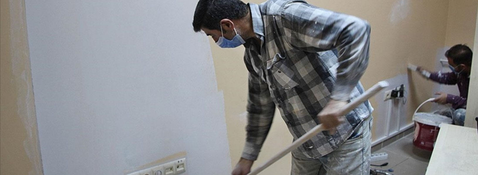 Two workers from Diyarbakır Province paint Karlıova Public Hospital for free to support healthcare workers